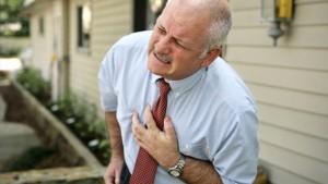 die-typischen-herzinfarkt-anzeichen-sind-ein-starkes-engegefuehl-und-schmerzen-im-brustkorb-