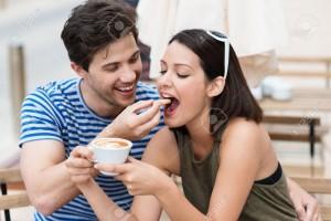 29563232-Romantische-junge-Paar-trinkt-Kaffee-mit-der-junge-Mann-lachend-F-tterung-einen-Keks-um-seine-Freund-Lizenzfreie-Bilder